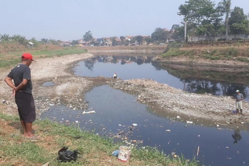 Musim kemarau, warna air Sungai Citarum di Kampung Jambatan, Desa Margahayu, Kecamatan Margahayu, Kabupaten Bandung hitam pekat. (ilustrasi)