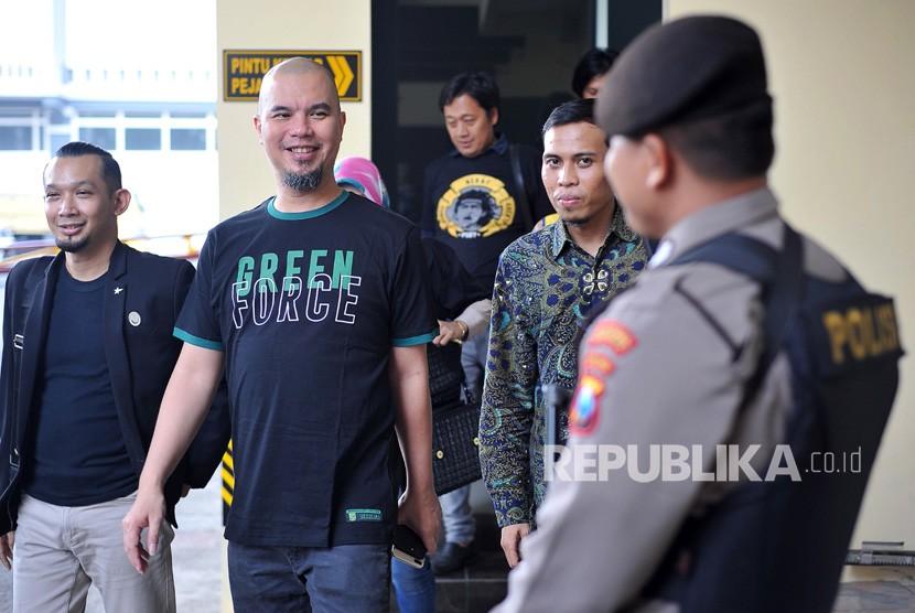 Musisi Ahmad Dhani (kedua kiri) didampingi kuasa hukumnya, Aziz Fauzi (kedua kanan) tiba di Polrestabes Surabaya, Jawa Timur, Jumat (30/11/2018).