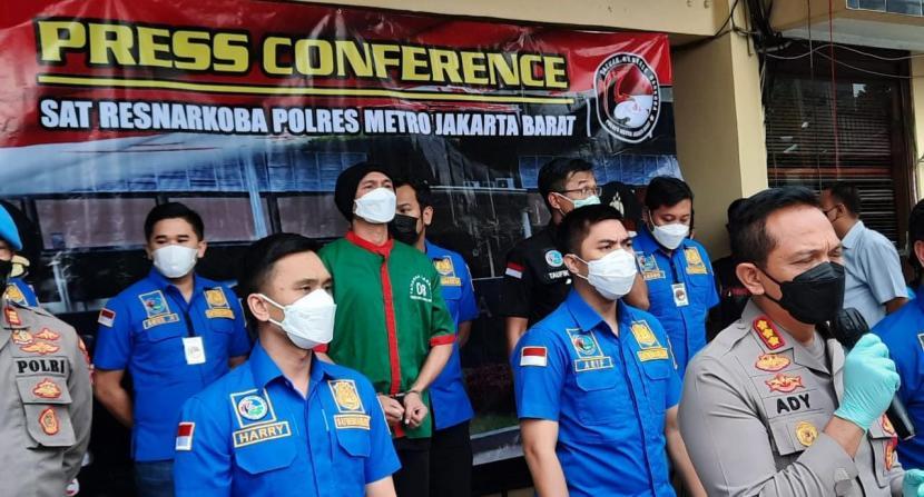 Musisi Erdian Aji Prihantono alias Anji (baju tahanan warna hijau) dihadirkan saat rilis kasusnya di Mapolres Jakarta Barat, Rabu (16/6).