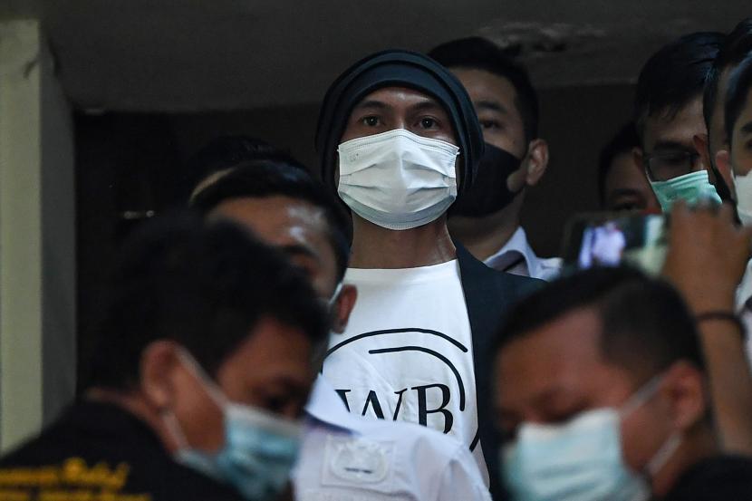 Musisi Erdian Aji Prihartanto alias Anji berjalan menuju ruang pemeriksaan kesehatan di Polres Metro Jakarta Barat, Jakarta, Senin (14/6/2021). Satuan Reserse Narkoba Polres Metro Jakarta Barat menangkap Anji terkait dugaan kasus narkoba pada Jumat 11 Juni lalu di wilayah Cibubur, Jakarta Timur.