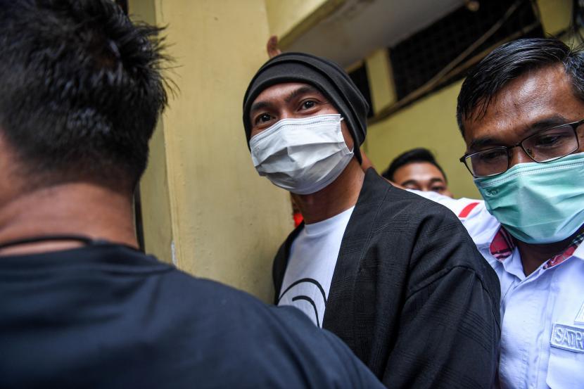 Musisi Erdian Aji Prihartanto alias Anji (kiri) saat berjalan menuju ruang pemeriksaan kesehatan di Polres Metro Jakarta Barat, Jakarta, Senin (14/6/2021). Satuan Reserse Narkoba Polres Metro Jakarta Barat menangkap Anji terkait dugaan kasus narkoba pada Jumat 11 Juni lalu di wilayah Cibubur, Jakarta Timur.