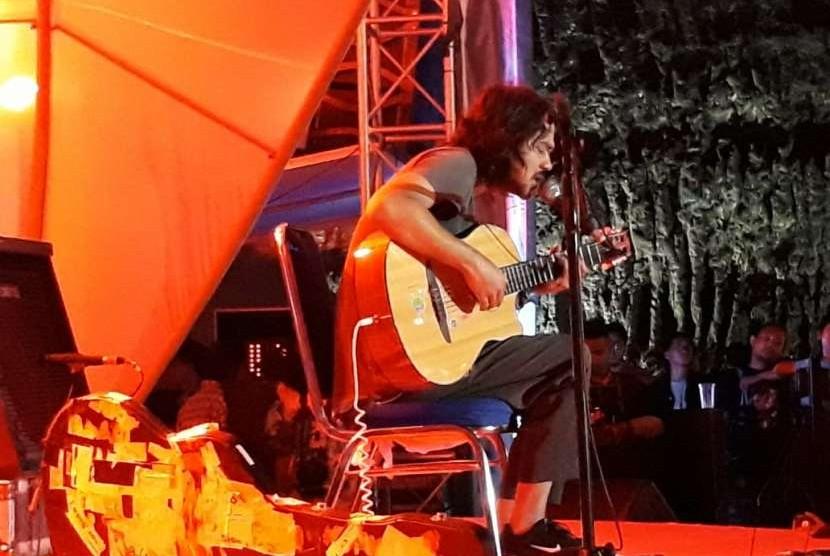 Musisi folk Jason Ranti menampilkan lagu-lagu penuh muatan kritis di Soundrenaline 2018, Ahad (9/9).
