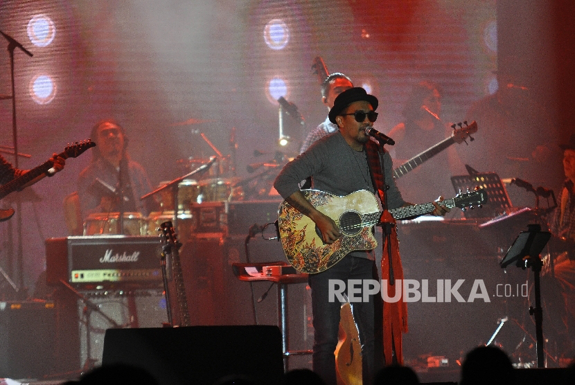 Musisi Glenn Fredly bernyanyi pada konsernya yang bertajuk 'Tanda Mata' (TNDMT) Glenn Fredly untuk Slank di Gandaria City Hall, Jakarta, Sabtu (30/9).