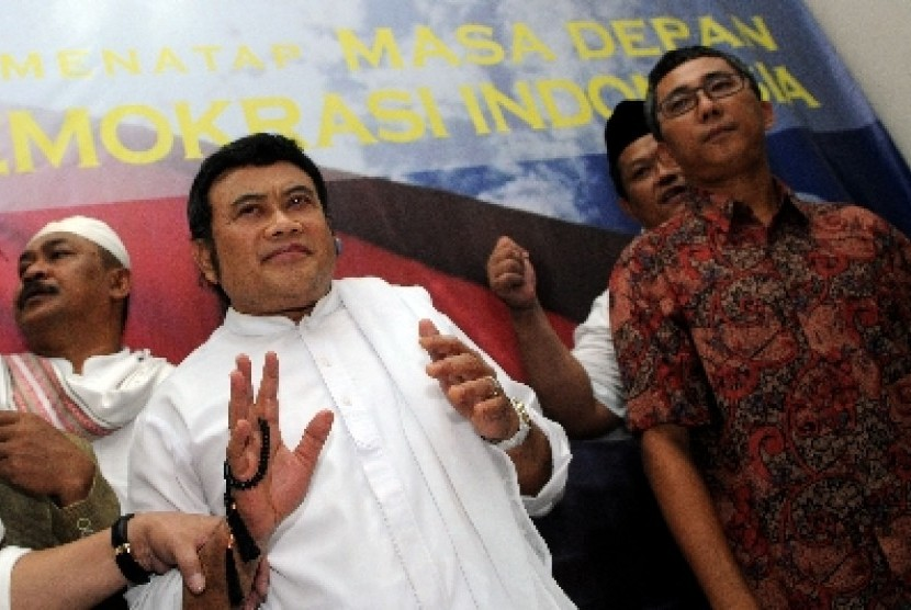 Musisi Rhoma Irama (kiri) didampingi Ketua Panwaslu DKI Jakarta, Ramdansyah (kanan), ketika memberi keterangan kepada pers usai pemanggilannya oleh Panwaslu DKI Jakarta, Jakarta Pusat, Senin (6/8).