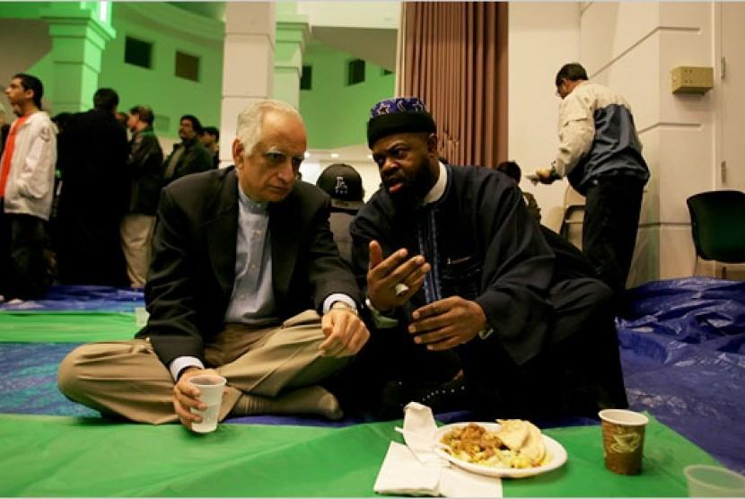 Muslim Amerika berbincang dalam sebuah masjid di New York