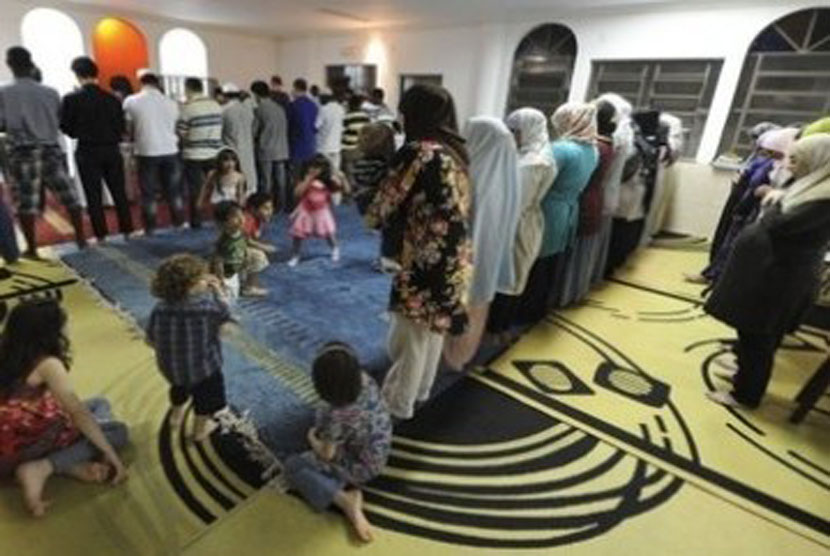 Muslim Brasil shalat berjamaah di Mesquita da Luz, masjid pertama di Rio de Janeiro.