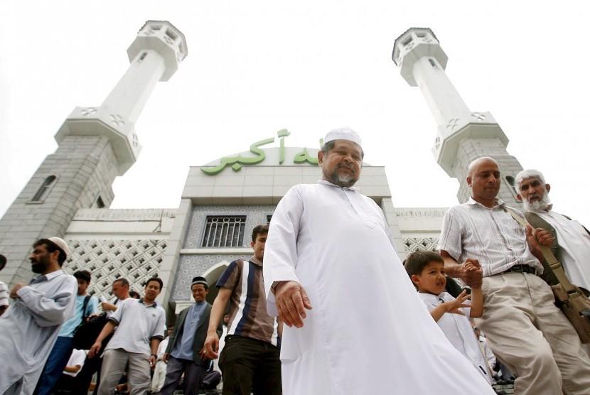 Muslim di Korea melangkah ke;uar dari salah satu masjid di Seoul.