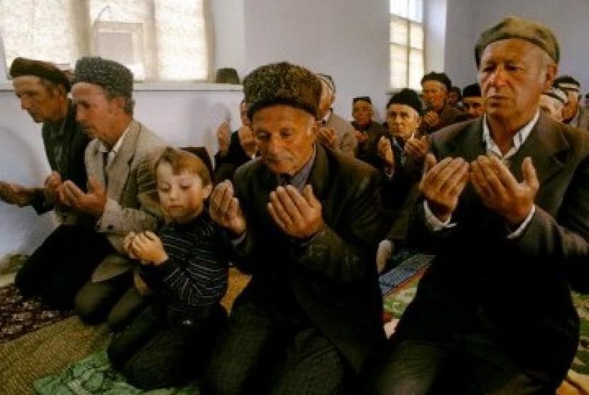 Muslim di Ukraina shalat jamaah bersama (Ilustrasi)