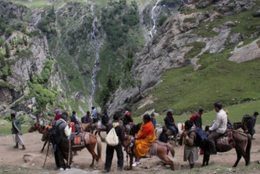 Muslim Himalaya membantu umat Hindu dalam melakukan perjalanan ziarah ke goa Amarnath.
