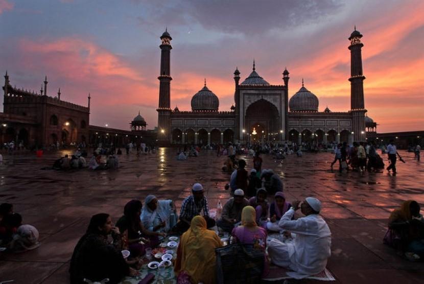Muslim India berbuka puasa di pelataran Masjid Jama, New Delhi, India.