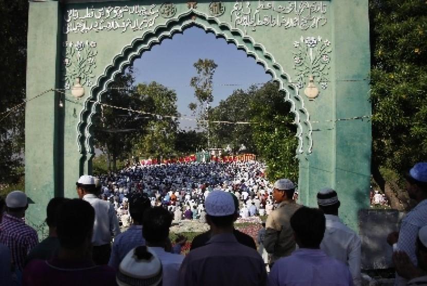 Muslim India melaksanakan shalat Idul Adha