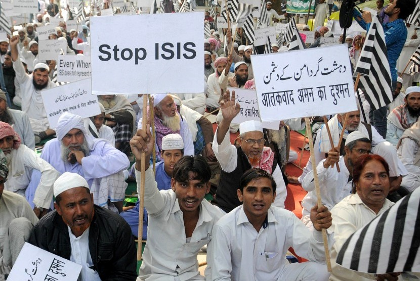 Muslim India menggelar aksi protes menentang ISIS di New Delhi, India, pada 18 November 2015.