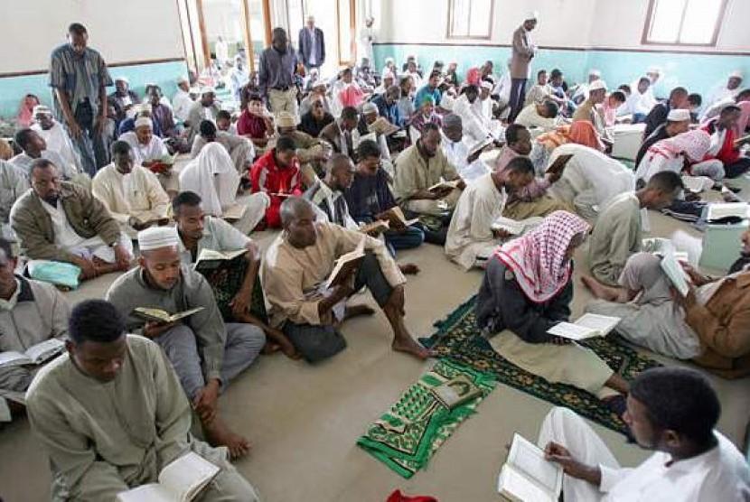 Muslim Kenya saat beribadah di Masjid Jamia Nairobi pada bulan Ramadhan.