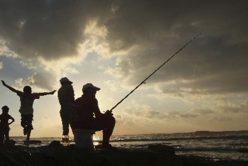 Muslim Libya menikmati senja dengan memancing di pelabuhan di Kota Benghazi.