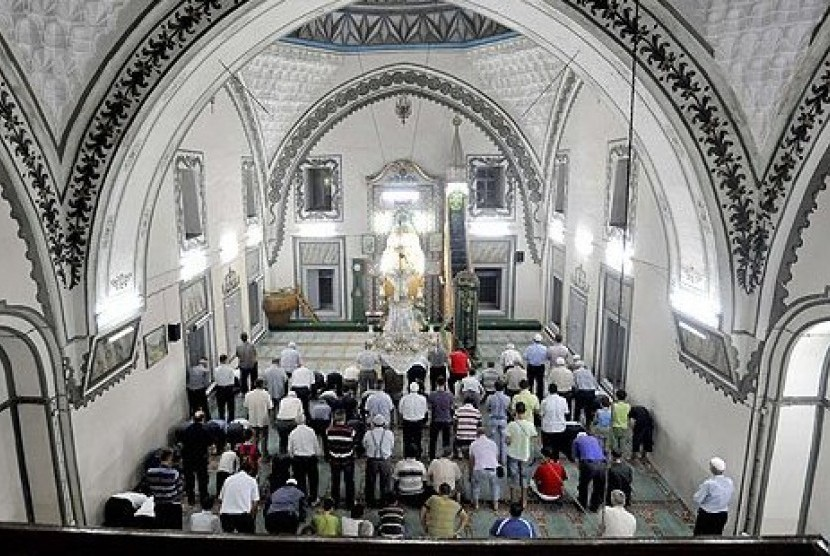 Muslim Macedonia saat melaksanakan shalat tarawih di bulan Ramadhan.