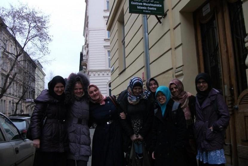 Muslim Polandia berpose di depan pintu gerbang Islamic Center.
