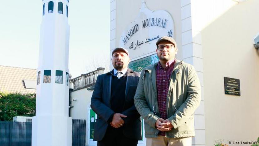 Muslim Prancis, Omar Ahamad (kiri) dan Irfan Thakar di depan Masjid Moubarak di Saint-Prix di pinggiran utara Paris, Prancis. (foto ilustrasi)