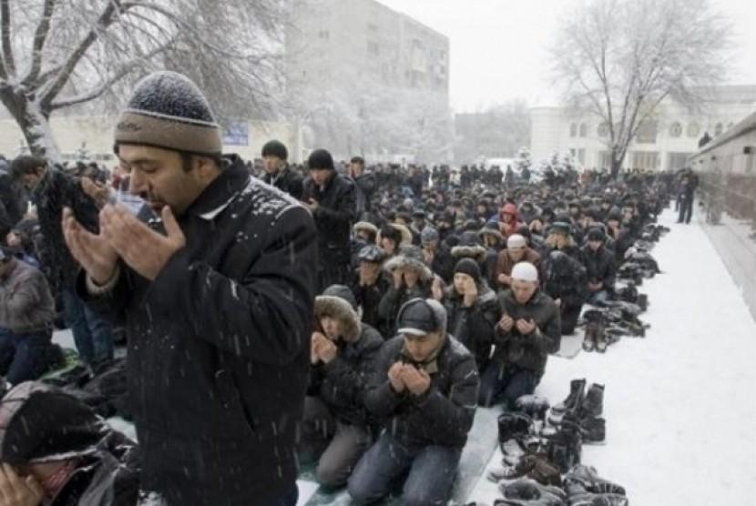 Muslim Rusia shalat berjamaah di udara dingin