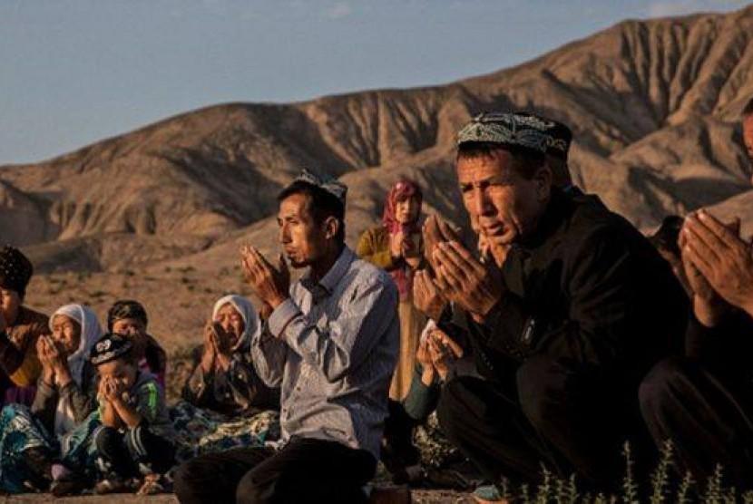 Muslim Uighur berkumppul dan berdoa di bulan Ramadhan.