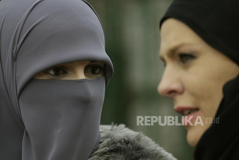 Muslimah Bosnia berbicara dengan rekannya di sela peringatan World Hijab Day di Sarajevo Bosnia, Rabu (1/2). Setiap 1 Februari diperingati sebagai hari Hijab se-Dunia sejak 2012.