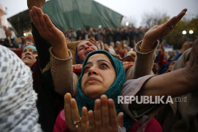 Muslimah India berdoa pada hari kelahiran Nabi Muhammad (Mauilid Nabi) di Kashmir India, Kamis (21/11).