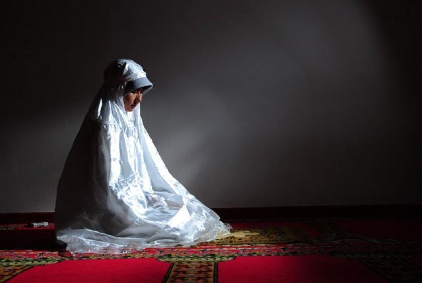 Pendapat Hanafiyah Wanita Lebih Afdhal Itikaf di Rumah. Foto: Muslimah shalat. (ilustrasi)