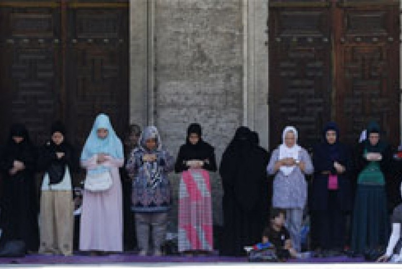 Muslimah Turki shalat Jumat saat Ramadhan di halaman Masjid Sultanahmet atau Masjid Biru di Istanbul, Turki, 12 Juli 2013.