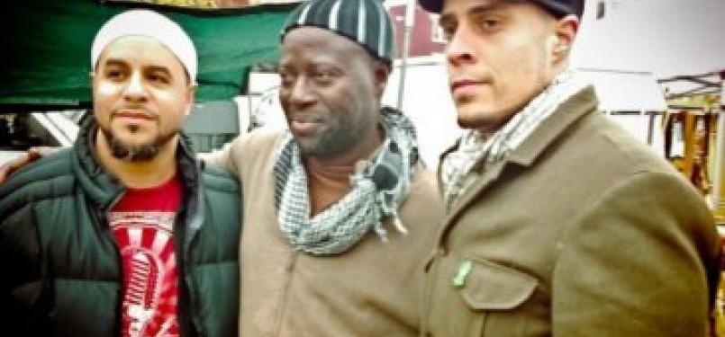 Mustafa Davis (kiri berkaus merah), Khadim (tengah) dan Usama Canon (kanan) bertemu lagi di pasar loak yang sama ketika Mustafa bertemu Khadim dengan senyumnya lima belas tahun lalu.