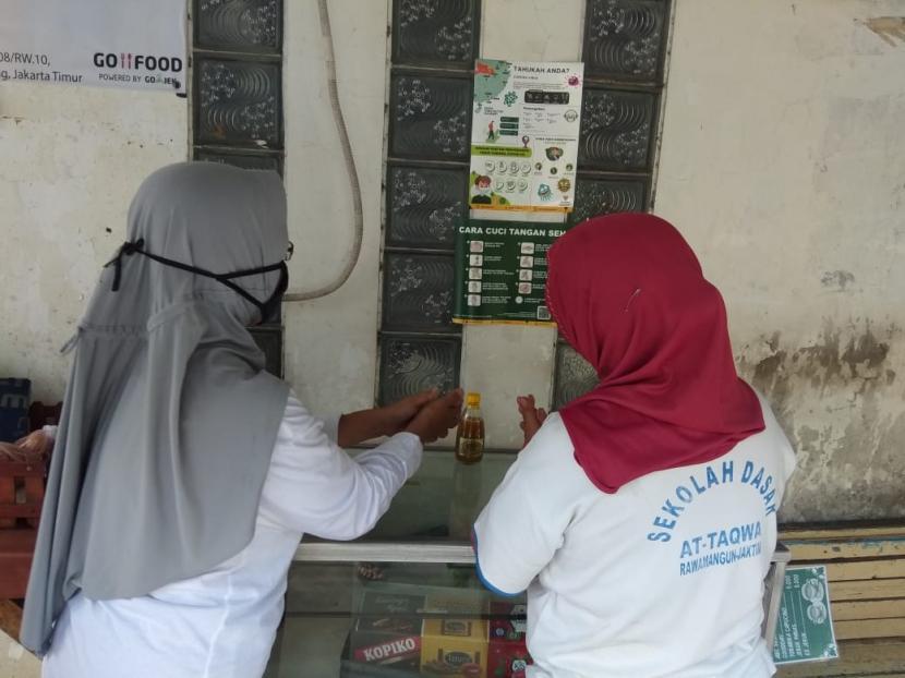 Mustahik binaan Lembaga Pemberdayaan Ekonomi Mustahik (LPEM) BAZNAS yang tergabung dalam Kelompok Mustahik Paguyuban Berkah Sejahtera menggelar aksi edukasi pencegahan Covid-19 di Cipinang Kebembem, Kecamatan Pulo Gadung. Jakarta Timur, Selasa (31/3).