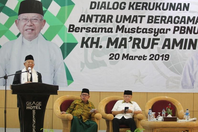 Mustasyar PBNU KH Ma'ruf Amin (kiri) disaksikan Gubernur Bengkulu Rohidin Mersyah (kanan), berpidato saat Dialog Kerukunan Antar Umat Beragama di Bengkulu, Rabu (20/3/2019).