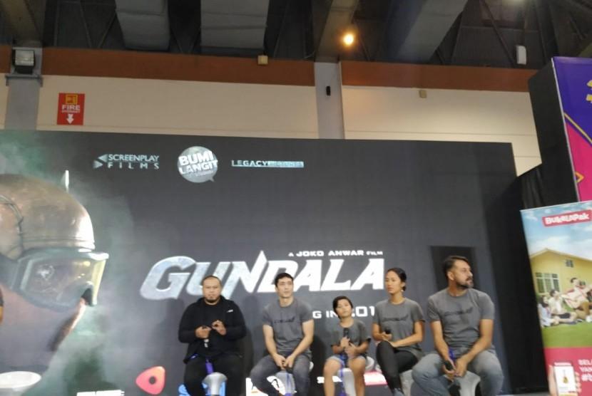 Muzakki, Tara Basro, Abimana Aryasatya, Joko Anwar, Bront Palarae dalam peluncuran trailer film Gundala di Jakarta Convention Center (JCC), Ahad (28/10).