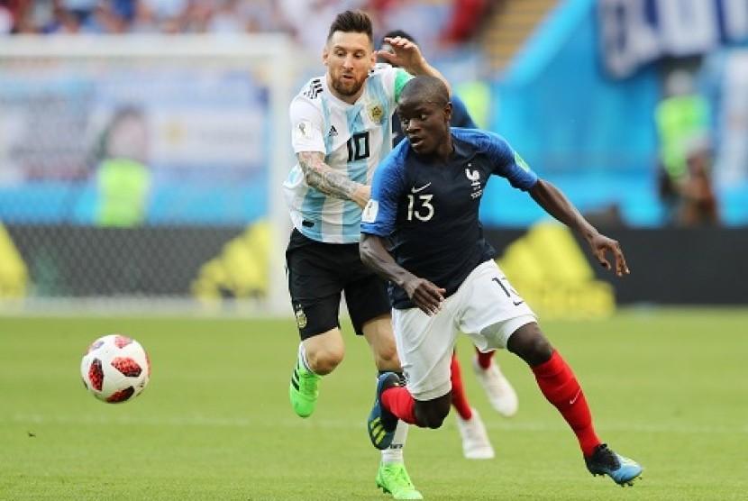 N'Golo Kante (kanan) saat berduel dengan Lionel Messi.