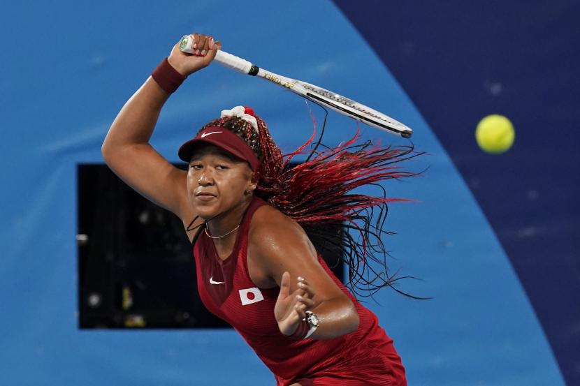 Naomi Osaka, dari Jepang, melawan Marketa Vondrousova, dari Republik Ceko, selama putaran ketiga kompetisi tenis di Olimpiade Musim Panas 2020, Selasa, 27 Juli 2021, di Tokyo, Jepang.