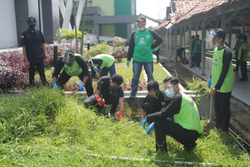 Warga binaan dan petugas Lapas Kelas IIB Tasikmalaya melakukan kegiatan bersih-bersih di halaman RSUD dr Soekardjo Kota Tasikmalaya, Jumat (5/2/2021).