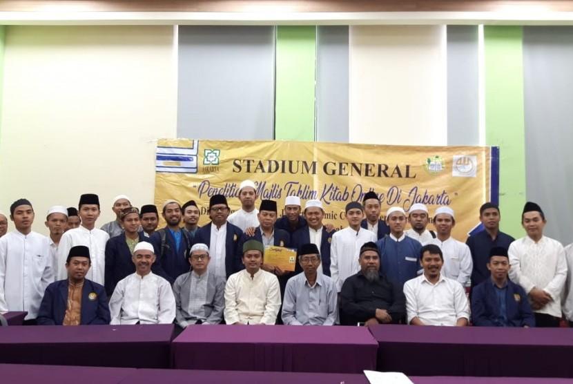 Nara sumber dan peserta stadium general ekspos hasil rset majelis taklim kitab kuning online DKI Jakarta berfoto bersama seusai penyampaian hasil riset Jakarta Islamic Centre (JIC).