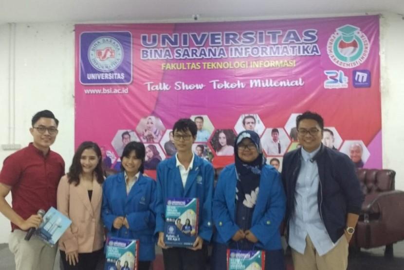 Nara sumber memberikan souvernir kepada peserta yang memberikan pertanyaan di acara Talkshow Tokoh Milenial UBSI Kampus Salemba 22 Jakarta.