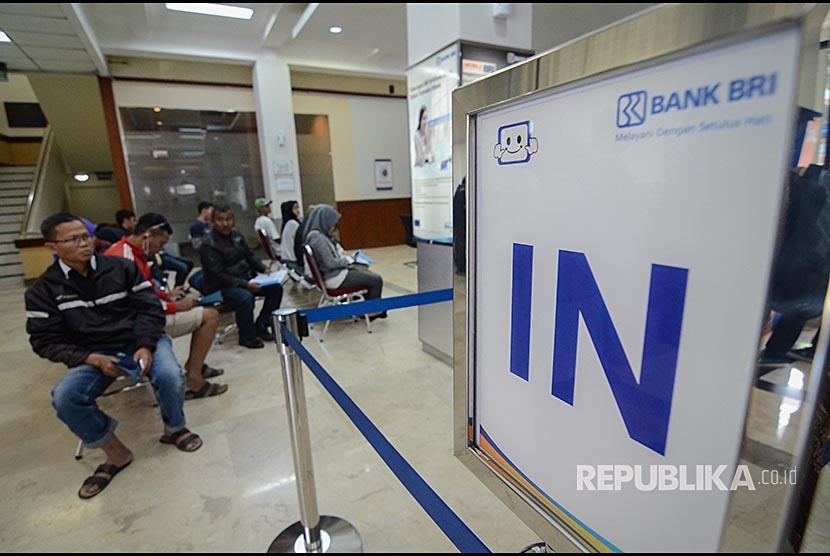 Nasabah antri untuk mengurus kartu ATM yang telah diblokir di Kantor cabang BRI, Bandung, Jawa Barat, Senin (26/3). Kantor cabang BRI seluruh Indonesia memberikan layanan penggantian kartu ATM secara gratis kepada kurang lebih satu juta nasabah yang telah diblokir akibat adanya isu skimming beberapa waktu lalu.