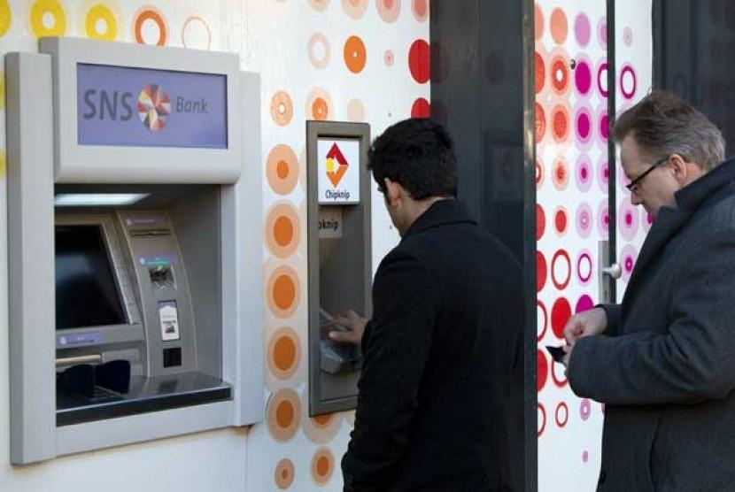 Mesin ATM. Tombol ATM ternyata tak lebih bersih dari dudukan kloset di toilet umum.
