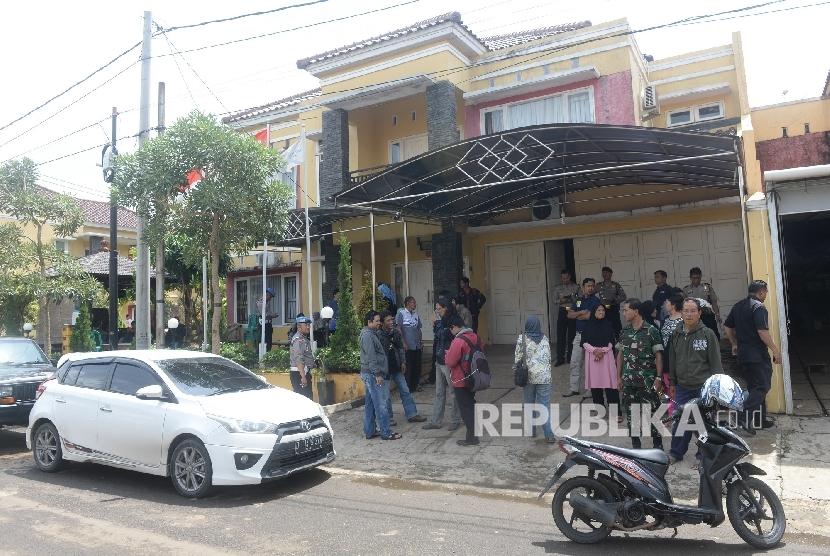 Nasabah Koperasi Simpan Pinjam (KSP) Pandawa Mandiri Grup mendatangi rumah sewaan Pimpinan KSP Pandawa Mandiri Grup Salman Nuryanto di Perumahan Palam Ganda, Depok, Jawa Barat, Rabu (1/2).