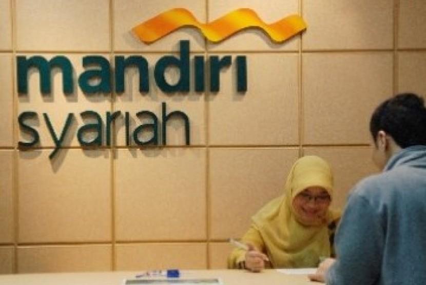 Nasabah melakukan transaksi di salah satu cabang Bank Mandiri Syariah di Jakarta.