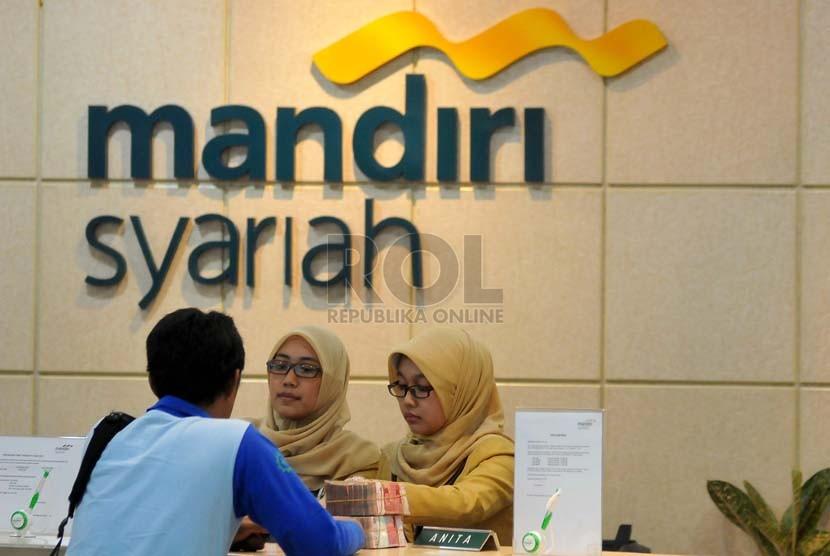 Nasabah melakukan transaksi di salah satu cabang Bank Mandiri Syariah di Jakarta. ilustrasi (Prayogi/Republika)