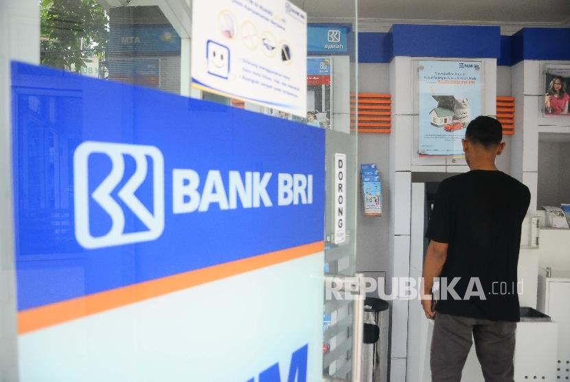 Nasabah melakukan transaksi menggunakan mesin ATM di Bank BRI Syariah, Jakarta, Ahad (2/4).