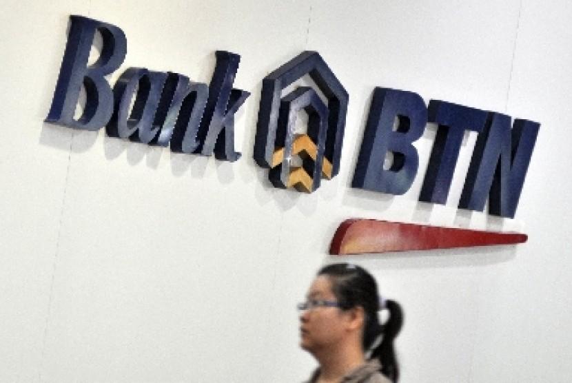 Nasabah melintas di kantor Bank BTN, Jakarta.