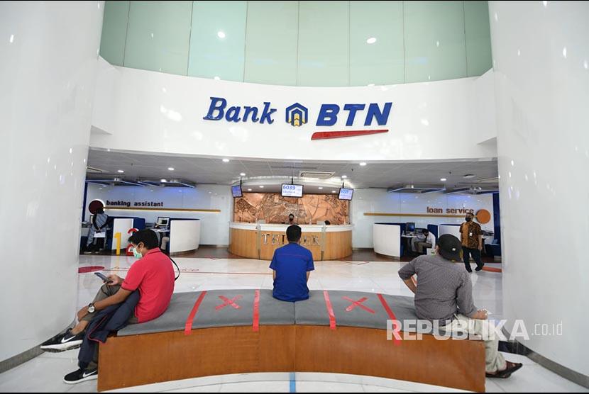 Nasabah usai bertransaksi di Kantor PT Bank Tabungan Negara (Persero) Tbk (BTN). ilustrasi