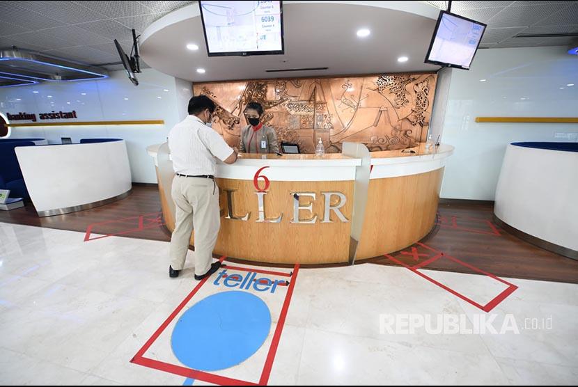 Nasabah usai bertransaksi di Kantor PT Bank Tabungan Negara (Persero) Tbk (BTN). BTN menargetkan 1.700 aplikasi KPR. (ilustrasi)