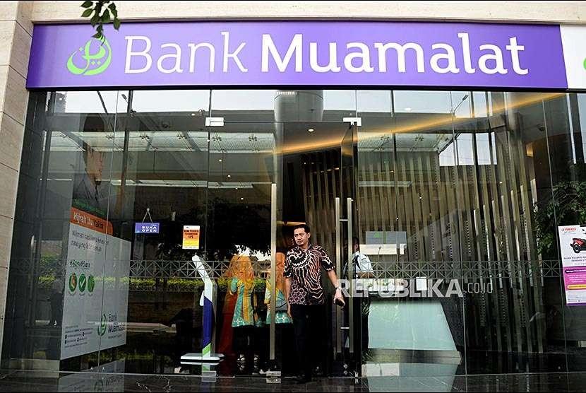 Nasabah usai melakukan tansaksi di kantor pusat Bank Muamalat, Jakarta, Selasa (9/10). PT Bank Muamalat Tbk menargetkan total Dana Pihak Ketiga (DPK) tahun ini sebesar 10 persen. Salah satu strateginya dengan memperkuat produk tabungan haji dan umrah.