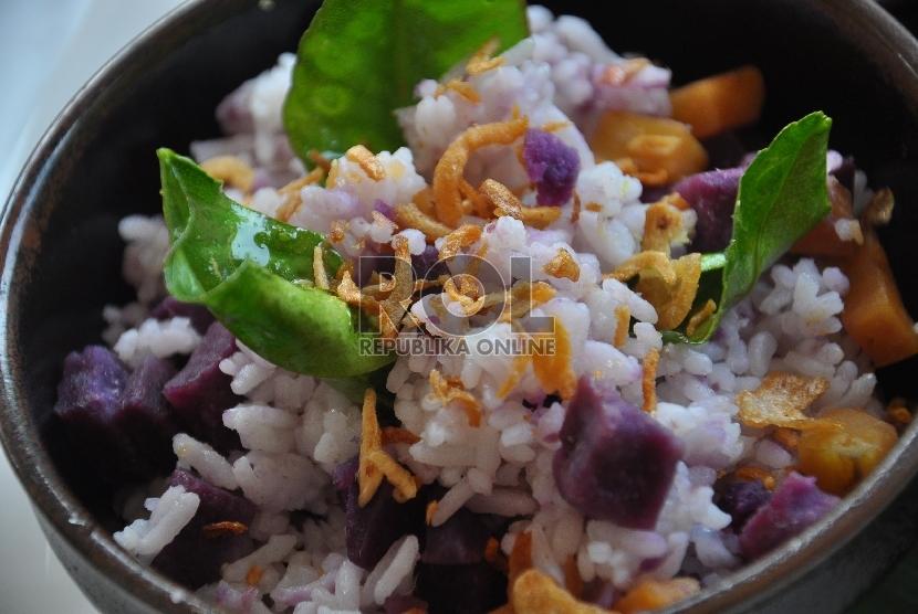 Nasi sela, kuliner khas Bali yang merupakan antara nasi bumbu dengan ubi ungu.