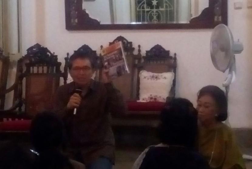 Nasir Tamara saat menjadi pembicara dalam workshop tentang penulisan seni dan media di Ndalem Natan Kotagede, Yogyakarta, Rabu (22/3).