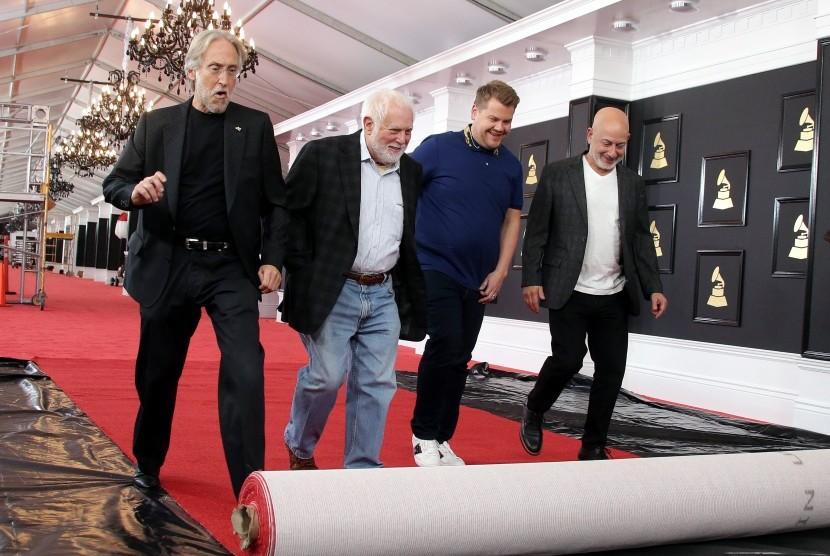Neil Portnow (kiri) menggelar karpet merah jelang persiapan acara Grammy Awards ke-59 di Los Angeles, California, Amerika Serikat, pada 9 February 2017.
