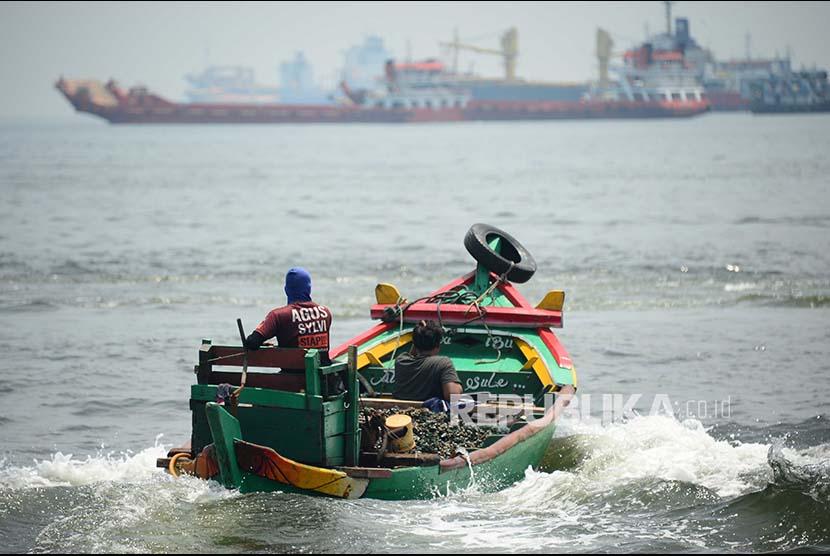 Nelayan kerang melintasi kawasan perairan di Pelabuhan Tanjung Priok Jakarta Rabu (11/10). Jumlah nelayan kerang di teluk Jakarta terus berkurang seiring semakin jauhnya jarak tempuh untuk mencari kerang di lautan. Kondisi diperparah dengan reklamasi teluk jakarta yang juga menggusur tambak kerang mereka di laut.